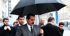 Bakan Çelik Şemsiyesini Kendisi Tuttu