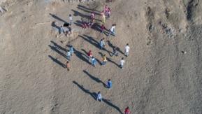 Köy çocuklarının futbol keyfi