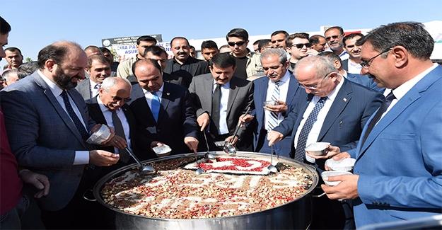 Vali Tuna ve Başkanlar Aşure Dağıttı