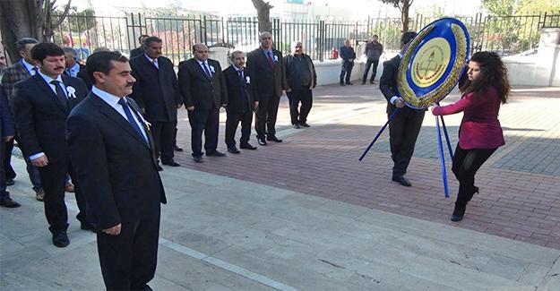 Öğretmenler Atatürk Anıtına Çelenk Bıraktı