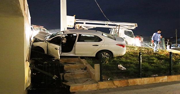 Otomobil Cami Duvarına Çarptı: 5 Yaralı