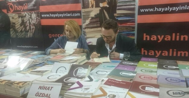 Özdal İstanbul'da Kitaplarını İmzaladı
