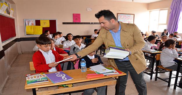 Siverek'te Öğrencilere İngilizce Kitap Dağıtıldı