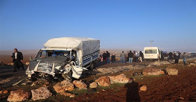 Urfa'da Kamyonet Öğrenci Servisine Çarptı