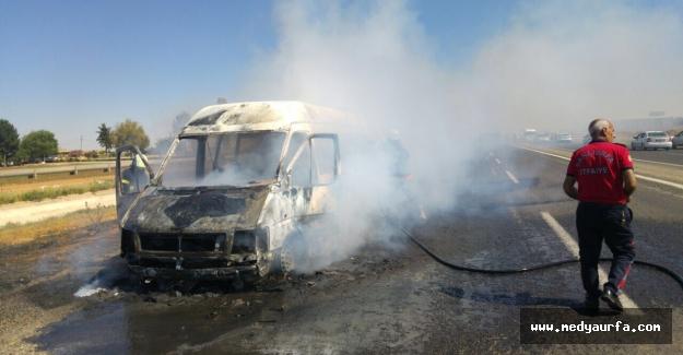 Akçakale Yolunda Seyir Halindeki Minibüs Yandı