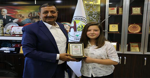 Başkan Özyavuz'dan TEOG Birincisine Ödül
