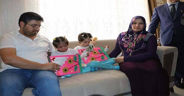 Şanlıurfa'da Hasta Kardeşler Karnelerini Evde Aldılar