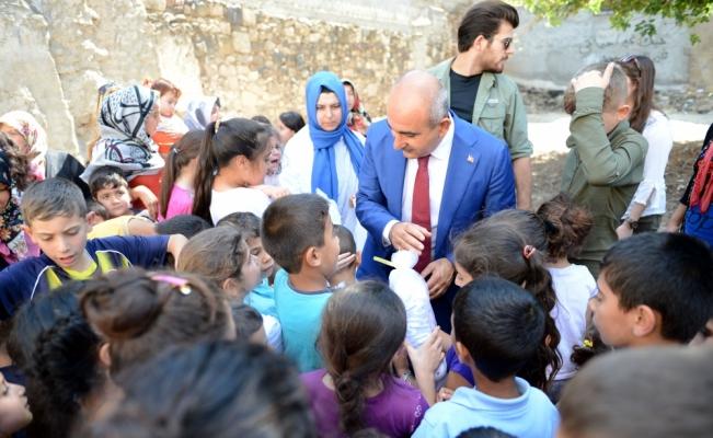Türk ve Suriyeli çocuklara bez bebekler hediye edildi