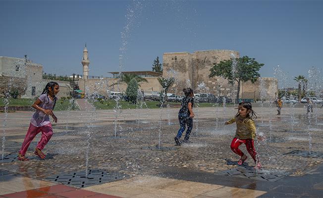 Çocuklar Sıcak Havayı Eğlenceye Dönüştürüyor