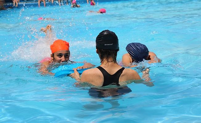 Gençler GHSİM ile Serinliyor ve Yüzmeyi Öğreniyor