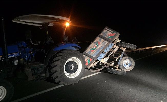Hilvan'da Otomobil Traktöre Çarptı