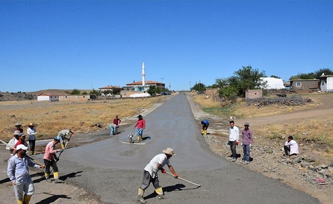 Kırsal mahalleler toz ve çamurdan arındırılıyor