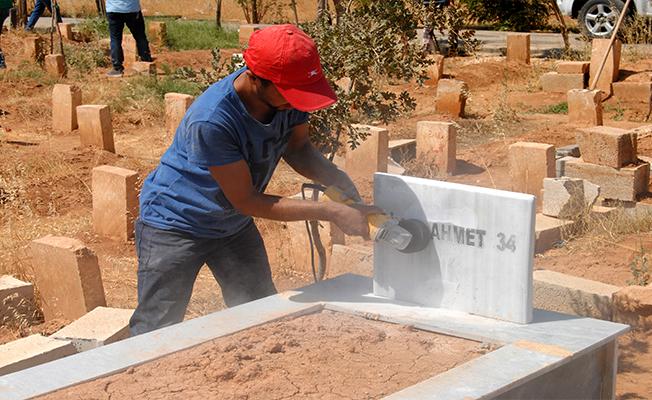Suruç'ta terörist mezarlarındaki örgüt simgeleri silindi