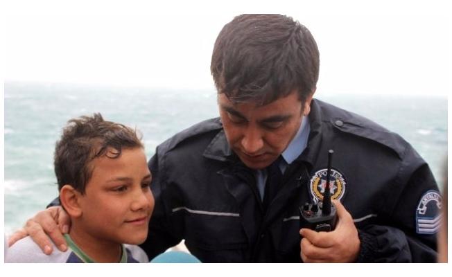 Polisten engelli sığınmacıya destek