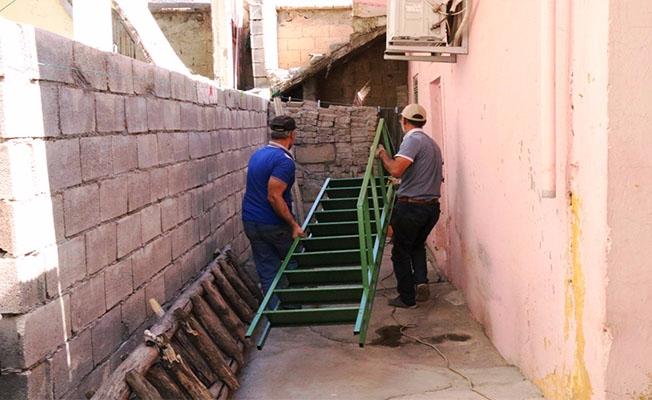 Yaşlı kadının merdiven ihtiyacı karşılandı