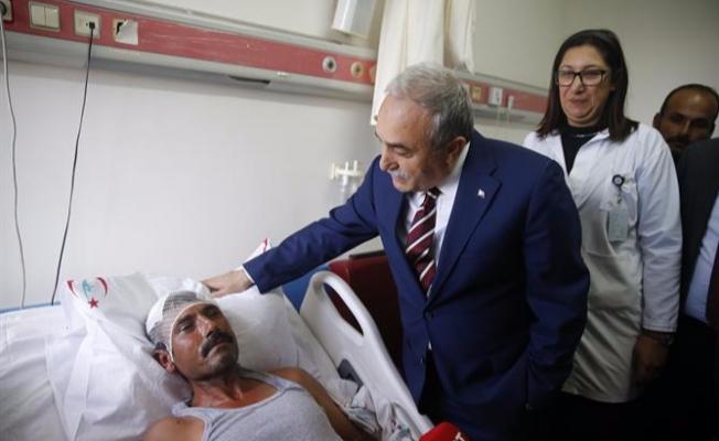 Bakan Fakıbaba, yaralı işçiyi muayene etti