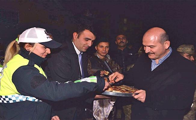 Bakan Soylu'dan nöbetteki polislere börek ikramı