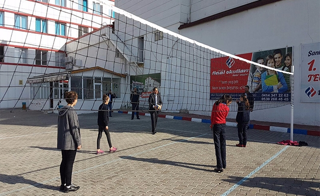 Başkan Atilla öğrencilerle birlikte voleybol oynadı