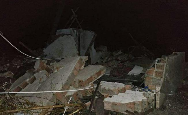 Şiddetli yağış ve fırtına duvarları yıktı, araçları devirdi