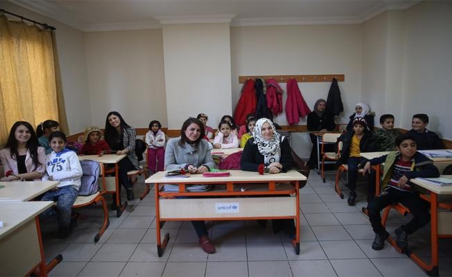 Urfa'da Suriyeli öğretmenlere karanfilli kutlama