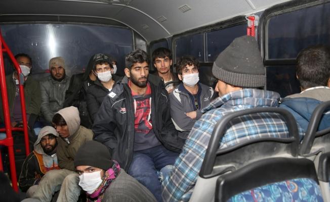 Donma tehlikesi geçiren kaçak göçmenlere Mehmetçik'ten sıcak çorba
