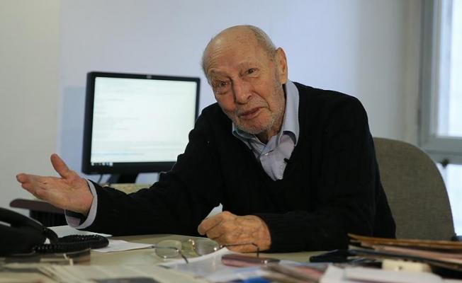 Okul gazetesinde tuttuğu kalemi 64 yıldır bırakmıyor