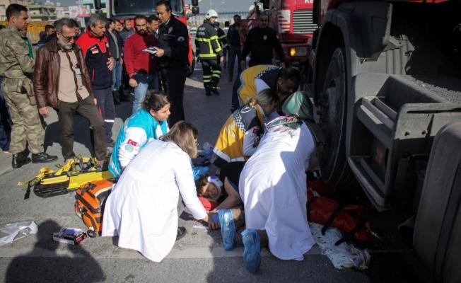 Tırın altında kalan kadın vinç yardımıyla kurtarıldı