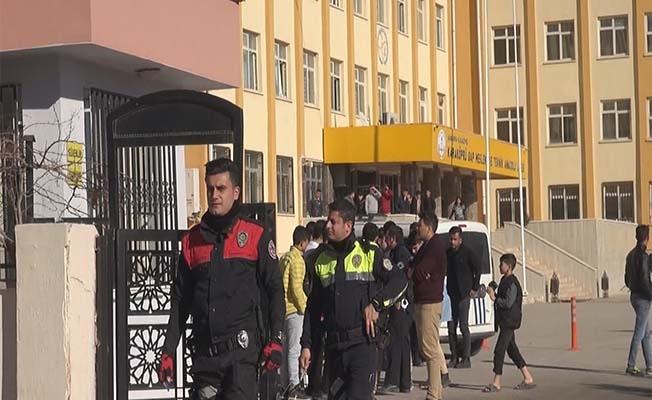 Yüzlerce Polis, okul çevrelerini denetledi