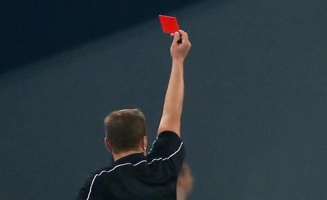 Bir maçta 9 kırmızı kart çıktı