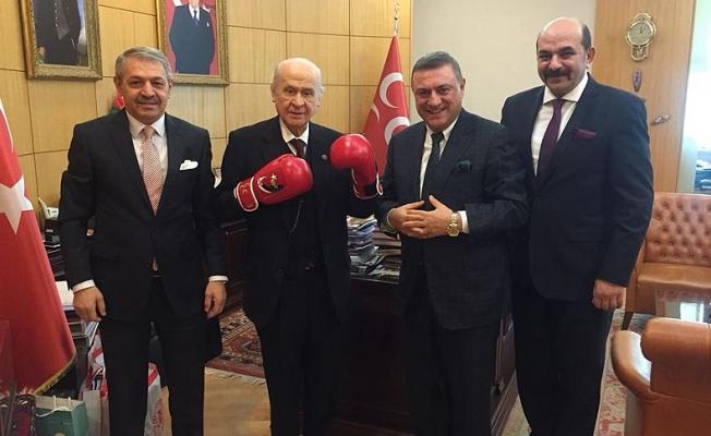 Devlet Bahçeli boks eldivenleri giydi