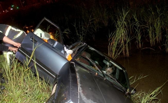 Kanala devrilen otomobilin sürücüsü kurtarıldı