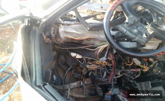 Otomobil yön levhasının direğine çarptı: 1 ölü, 2 yaralı