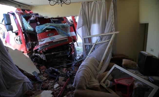 Otomobille çarpışan çöp kamyonu eve girdi: 3 yaralı