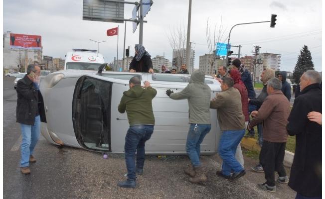 Siverek'te minivan devrildi: 2 yaralı