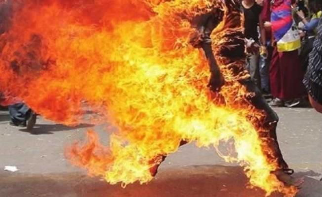 Tutuklu sanık duruşmada kendisini ateşe verdi