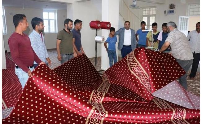 Kırsal mahalle camilerine halı yardımları sürüyor