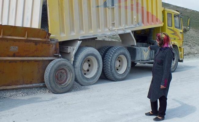 Köy yollarına kadın eli değiyor