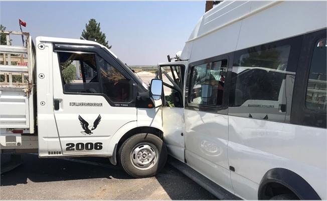 Suruç'ta kamyonet ile minibüs çarpıştı: 7 yaralı