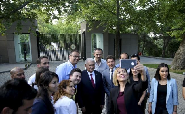 Başbakan Yıldırım basın mensuplarıyla vedalaştı