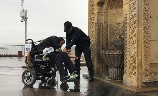 Abdest almakta zorlanan engelliye polis yardım etti