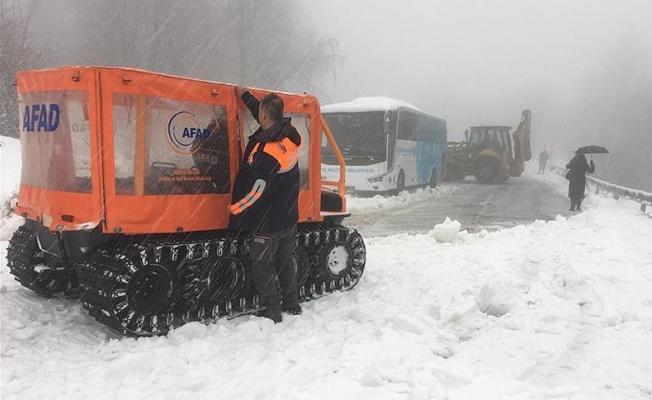 Karda mahsur kalan 5 yolcu kurtarıldı