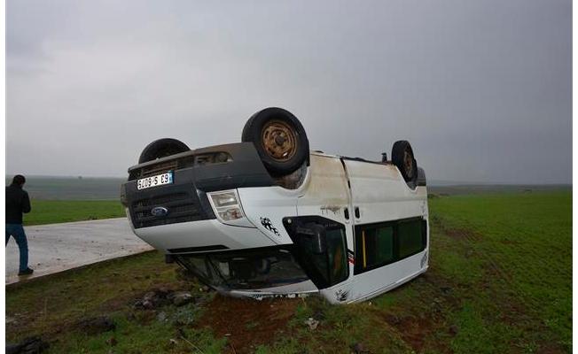 Siverek'te öğretmenleri taşıyan minibüs devrildi: 13 yaralı