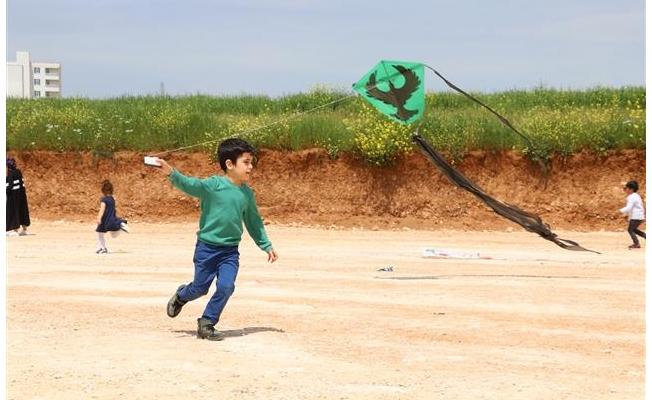 Karaköprü'de çocukların uçurtma eğlencesi