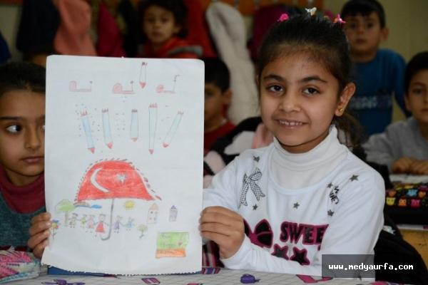 Suriyeli çocukların mutluluğunu resimle anlattı