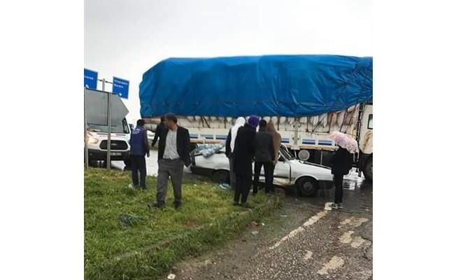 Viranşehir'de otomobil, kamyonla çarpıştı: 5 yaralı