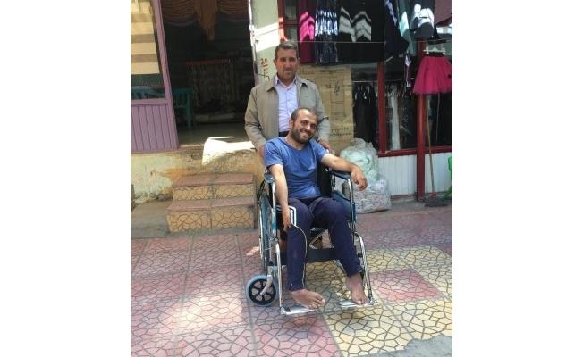 Engelli vatandaşa tekerlekli sandalye desteği