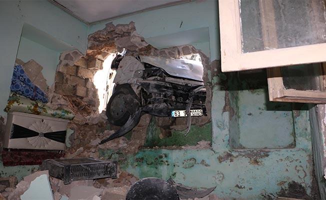 Eyyübiye'de öğrenci servisi evin duvarına çarptı