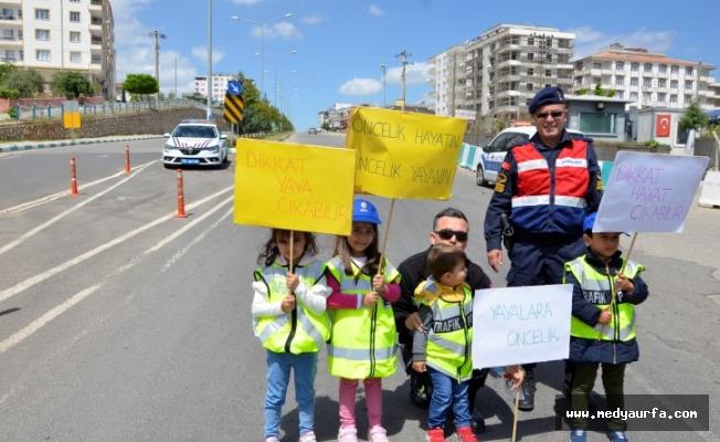 Halfeti'de minik öğrenciler trafik kontrolü yaptı