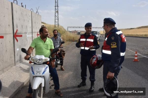 Jandarma ceza kesmek yerine kask dağıttı
