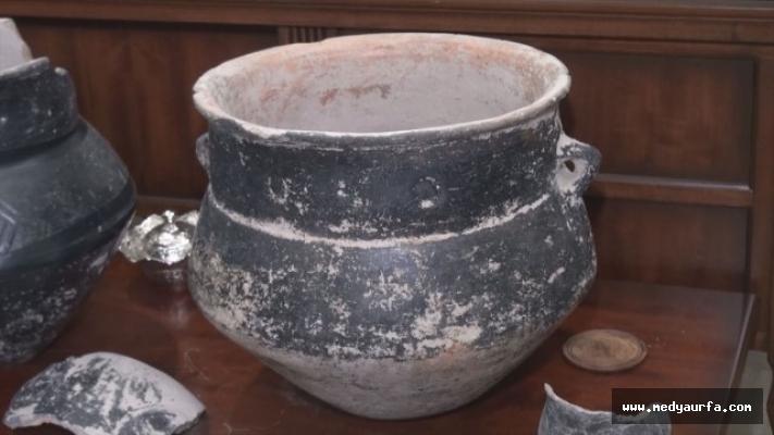 Tarlasını işlerken 5 bin yıllık tarihi eserler buldu